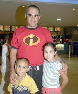 <b>24 de agosto </b><p> Lily y Paquito Martínez con su papá Francisco Martínez, captados recientemente.
