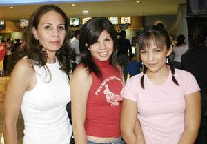 <b>Octubre 2005</b><p> Rebeca Cordero, Rebeca Puente y Karla Vargas.