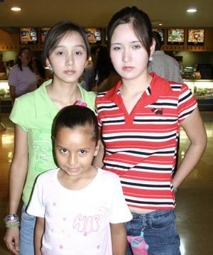 Yazmín, Karla y Paola Uribe.