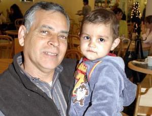 Alfonos López  con su nieto José López.