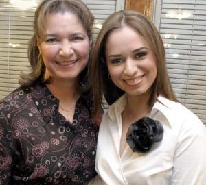 Sofía Ramos  Aldape junto a su mamá  Elizabeth Aldape de Ramos quien le organizo una fiesta de despedida, por su cercano enlace nupcial con Hugo Alberto Tovar Velazco.