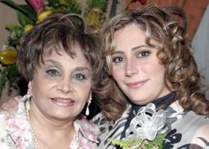 <b>01 de febrero de 2005</b> <p> Olga Nayeli Espino disfrutó de una despedida de soltera que le ofreció su mamá, Olga  Espino Montiel.
