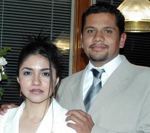 Karla Enevy Rodríguez López y  Mauricio Calderón Cadena,  captados en la despedida de solteros que les organizaron sus familiares.