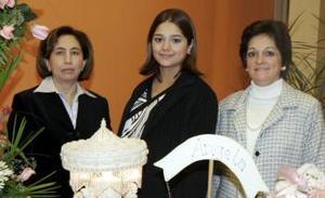 <b>01 de febrero de 2005</b> <p> Gabriela  García Flores y María del Carmen de Segura le ofercieron  una fietsa de canastilla a Gabriela Guajardo de Segura, en honor al bebé que espera.