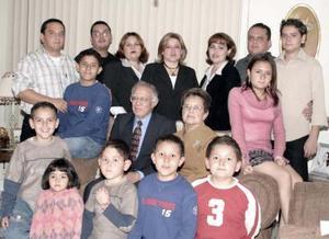 <b>01 de febrero de 2005</b> <p>   Raúl Huízar y  Josefina  Martínez de Huízar  acompañados por sus hijos y nietos  en el festejo que  le ofrecieron, con motivo de su  45 aniversario de matrimonio.