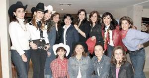 <b>02 de febrero de 2005</b> <p>  Anabel de González acompañada de  sus amigas  en reciente convivio.