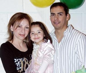 <b>02 de febrero de 2005</b> <p> Melissa Aranda Quiñones en compañía de sus papás, Jose F. Aranda y Lily Quiñones de Aranda, en la fiesta que le ofrecieron en días pasados.