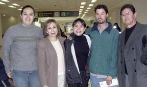 Érika Sánchez viajó a España  y fue despedida por José Sánches, Rosa C. Morales, David Canelo y Adriana Betancourt.