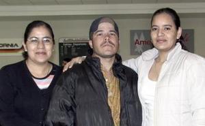 <b>02 de febrero de 2005</b> <p>  Jairo viajó a Las VEgas y fue despedido por Jeny Beltrán y Cecilia Beltrán.