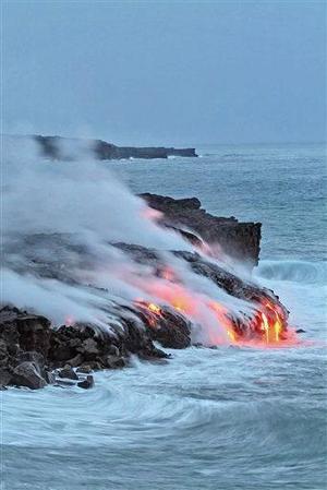 El volcán, en actividad permanente desde 1983, comenzó a derramar lava  y uno de los lugares donde ésta llega al mar se encuentra cerca del poblado de Kalapana, que fue arrasado por una erupción en 1990.