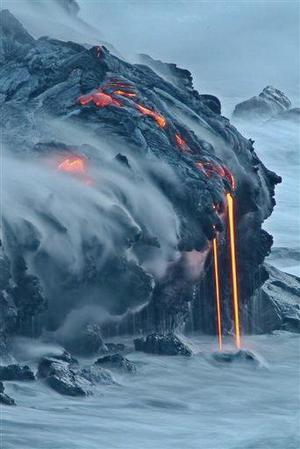 El derrame está ocurriendo en dos sectores y el espectáculo se ha convertido en un inesperado atractivo turístico para miles de personas que están acudiendo al lugar, señaló una fuente del Parque Nacional de Volcanes de Hawai.