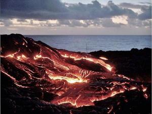 El volcán Kilauea, uno de los más activos de Hawai, ha comenzado a verter lava sobre el mar causando enormes explosiones de vapor, informaron las autoridades de la isla estadounidense.