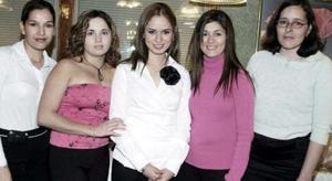 <b>03 de febrero de 2005</b> <p> Sofía Ramos Aldape en su despedida de soltera junto sus amigas quienes le felicitaron por su próximo enlace matrimonial