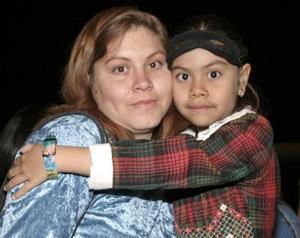 <b>03 de febrero de 2005</b> <p> María de Jesús Valenzuela Amaya y María Fernanda Reyes Valenzuela  captadas en conocido teatro de la localidad