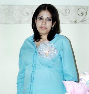 <b>04 de febrero de 2005</b> <p> Mónica Rivero Segura recibió felicitaciones por el bebé que espera,  motivo por el cual le organizaron una fiesta de canastilla.