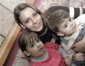 Adriana Mexen con sus hijos  Sofía y MIguel Ángel Viesca Mexen.