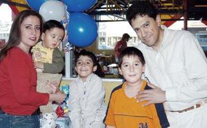 Miguel  Ángel González Torres acompañado por su  familia, en la fietsa que le organizaron  con motivo de sus cinco años de vida.