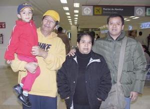 <b>04 de febrero de 2005</b> <p> Jesús Ramírez viajó a Los Ángeles y fue despedida por María Hernández y Jesús Ramírez..