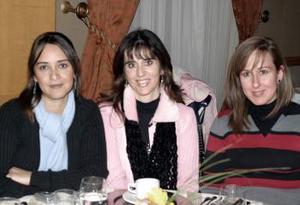 <b>05 de febrero de 2005</b> <p> Yolanda de Lugo, Leonor de Lugo y Lita de Lugo.