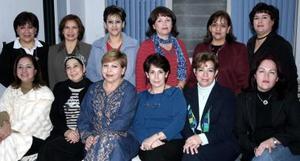 Deli de Sleiman y Ernestina Limas acompañdas de un grupo de amistades que le ofrecieron una fiesta por sus cumpleaños.