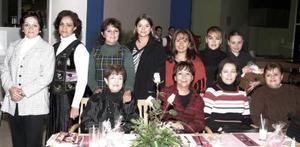 Gabriela Guajardo de Segura acompañada de un grupo de amistades el día de su fiesta de canastilla.
