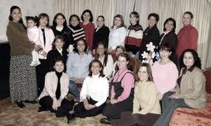 Luly Robles de Mercado y Melba López Rivas acompañdas por un grupo de amigas, en el festejo que les organizaron por el cercano nacimiento de su bebé.