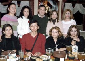 <b>05 de febrero de 2005</b> <p> Grupo de amigos en un festejo