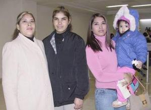 Gema Arellano y Renata Rucó viajaron a Mexicali, y fueron despedidas por Tere y Lupita Arellano.