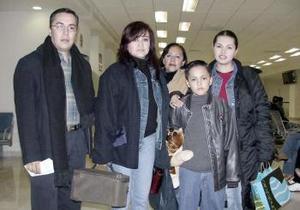 <b>05 de febrero de 2005</b> <p> Eréndira López, Gilberto López, Rosario Santana, Eréndira Santana y Gilberto Jr.