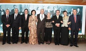 Don Alberto González Domene y Sra. Doña Rosario Lamberta de González, con los descendientes y representantes  de los que fueron sus  padrinos de bodas.