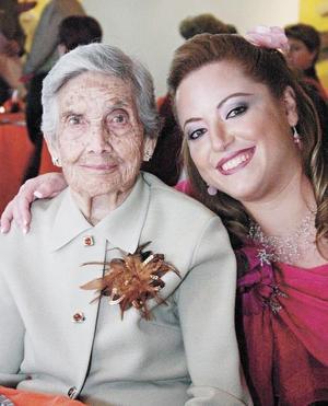 La señora Doña Angelina Castilla de Maraboto en compañía de su nieta Mónica