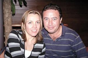 Alejandro Cervantes y Vicky Barrera