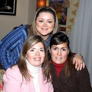 Laura Carlos  disfrutó del festejo en compañía de Mónica Ramírez y Cristy de Ríos