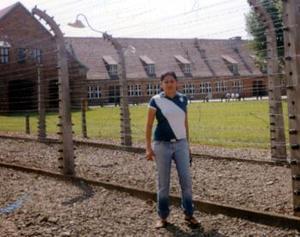 Claudia Villarreal captada frente a los campos de concentración en Katowice, Polonia