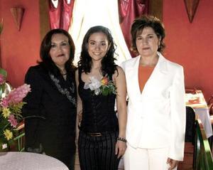 <b>06 de febrero de 2005</b> <p>  La futura novia Charo Navarro Macías en compañía de Rosario Macías de Navarro y Socorro de Flores.