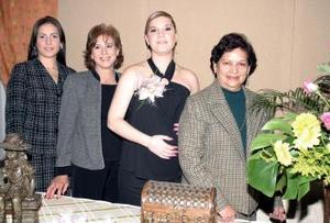 Mary Tere Hinojosa de Téllez en compañía de las organizadoras de su fiesta de canastilla