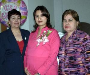 Mayra Selene Hernández de López axcompañada de las organizadoras de su fiesta de canastilla