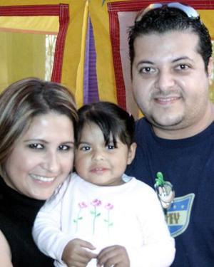 María Fernanda de Anda en su fiesta de cumpleaños con sus papás.