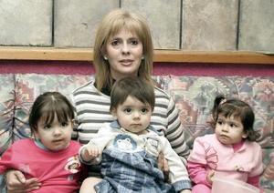 Olga Jalife con sus nietos.