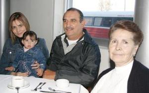 Enrique y María Guadalupe Córdiva, Gabriela Córdova y su hija Isabela Fernández, captados recientemente.