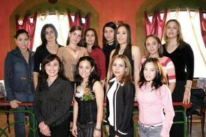 Charo Navarro Macías acompañada por un grupo de amistades, quienes la felicitaron por su próximo enlace matrimonial.