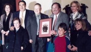 Grupo donando la foto al presidente de la Casa de Coahuila.