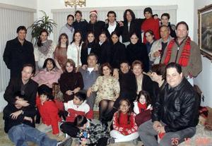 Luego del reciente fallecimiento de la Sra. Blanca Alicia Alatorre de Llama, sus 11 hijos cerraron filas al lado de su hermano mayor Fernando.