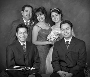 Srita. Laura Rebeca Neaves Fraire en una foto de estudio el día que festejó sus quince años, acompañada por su familia.