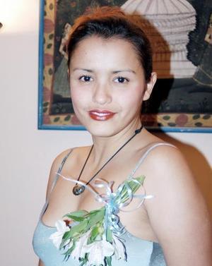 Evelyn Licerio Beltrán festejada por su próximo enlace matrimonial con Luis Herrera Silva.