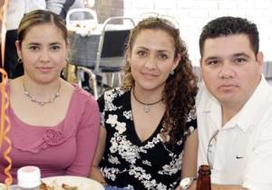 <b> 07 de febrero de 2005</b> <p> Lourdes de Limones, Ingrid  de Montañez y Mauricio Montañez.