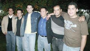 Ricardo Serrano en su fiesta de cumpleaños con sus amigos Alfonso Amador, Alain Rangel, Beny Avalos, Humberto Vázquez y Caras Estrada.