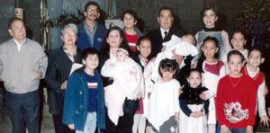 <b>07 de febrero de 2005</b> <p> El pequeño Guillermo Martínez Sáenz acompañado de su papás Guillermo Martínez, y Francis Sáenz de Martínez además familiares en reciente festejo social