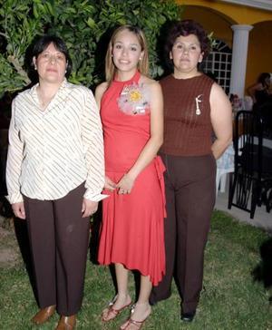 Karina Medina Sarmiento, en compañía de Elisa Sarmiento y Julieta Díaz, en la despedida de soltera que le ofrecieron por su cercano enlace matrimonial.