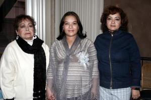 <b>08 de febrero de 2005</b> <p> Marcela Medina García, acompañada de las anfitrionas de su baby shower